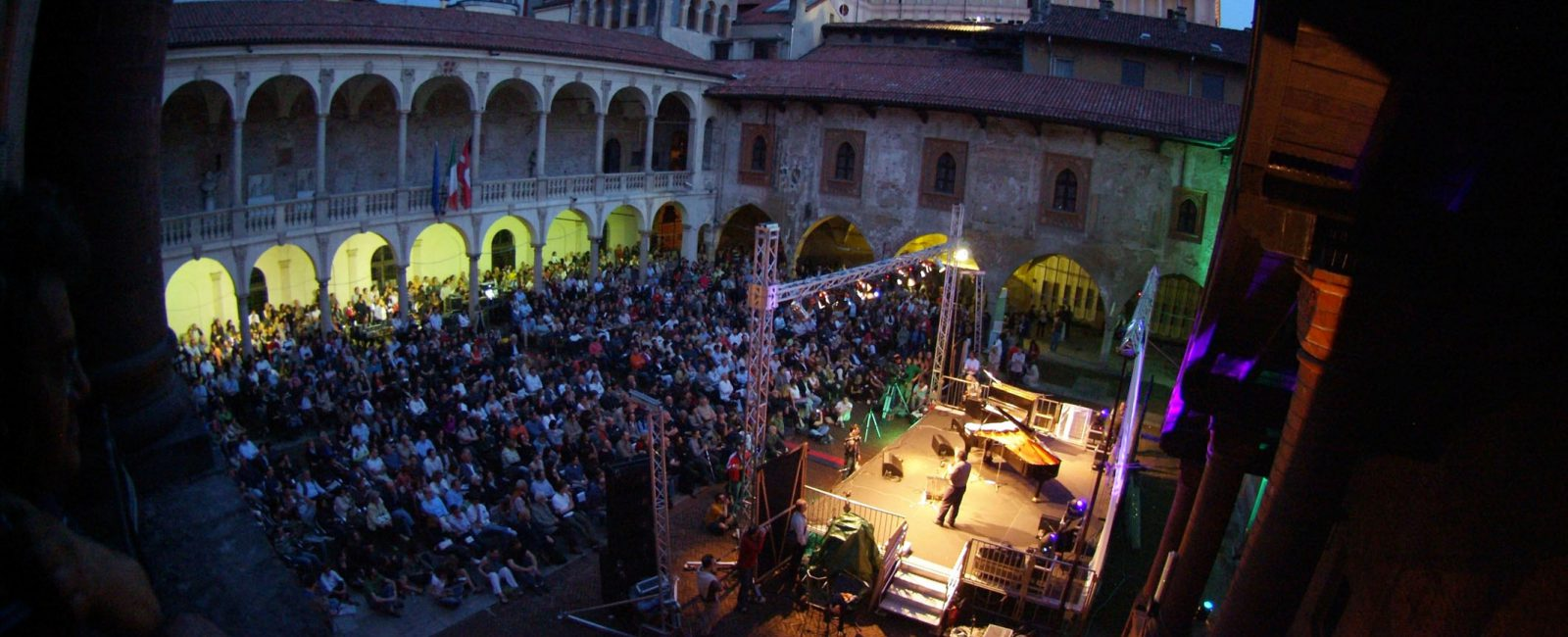 Novara-Jazz-Cortile-del-Broletto-Roberto-Cifarelli-1600x650.jpg