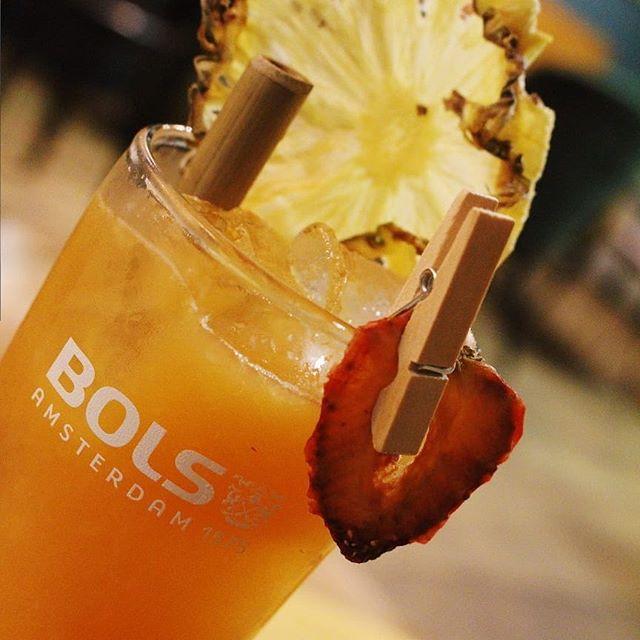 BEST 🍸 IN TOWN!  De sapjes worden geperst, en de backbar weer bijgevuld.  Open vanaf 19.00 uur! Wie zien wij vanavond?  #bestcocktailsintown #bestbarintown #dependancegouda #dependance #gouda #bar #cocktailbar #cocktails #bartender #aandemarkt #mixology