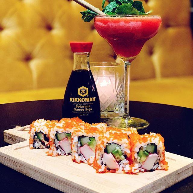 Zondag a.s. is het weer Sushi Sunday 🍣 van 15.00 tot 21.00 uur! Tag jouw beste vriend(in), collega of familielid met wie jij graag sushi komt eten!  #sushi #pokebowl #bites #sharing #sharingiscaring #maki #urumaki #nigiri #jammie #vrienden #family #familie #collega #fun #food #drinks #cocktails #dj #tag