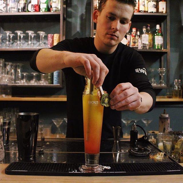 Gastoptreden bij @dependancegouda vandaag, terug van weg geweest: @martijnkroon11! Kom jij kijken of hij de cocktails nog kan dromen?  #cocktails #mixology #bestintown #dependancegouda #gouda #aandemarkt #singaporesling #fresh #juice #hijisterug #turbotinus #bartender #bar