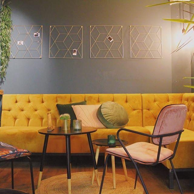 Lekker relaxed je werkweek afsluiten op onze bank met een cocktail in je hand! 🍸  Tag je tafelgenoot!  #dependancegouda #gouda #cocktails #bar #bestintown #bartender #mixology #aandemarkt #weekend #drinks #geel #groen #roze #walloffame