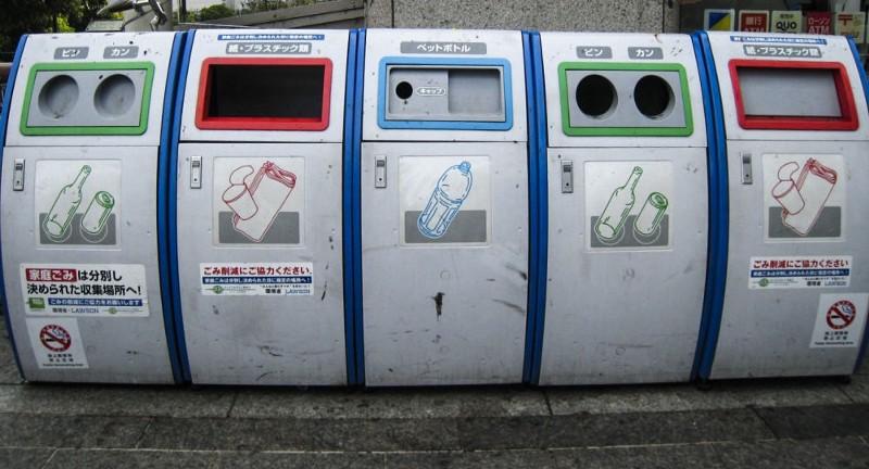 コンビニの前に並ぶゴミ箱
