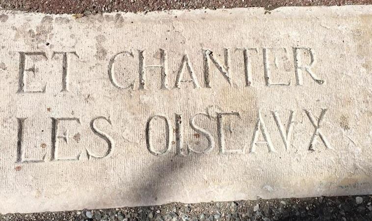"""""""Je ferai fleurir les pierres et chanter les oiseaux""""    Edmond ROUDNITSKA, maxime gravée dans la pierre à l'entrée du Domaine Sainte Blanche."""