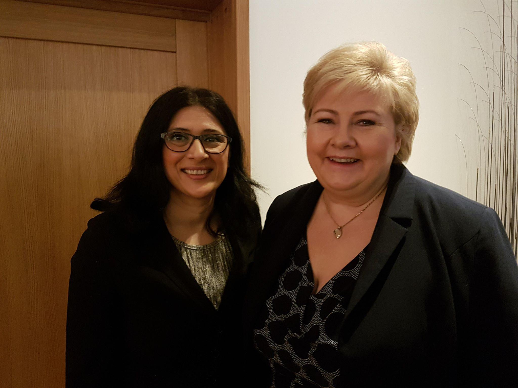 Statsminister Erna Solberg og daglig leder Loveleen Rihel Brenna