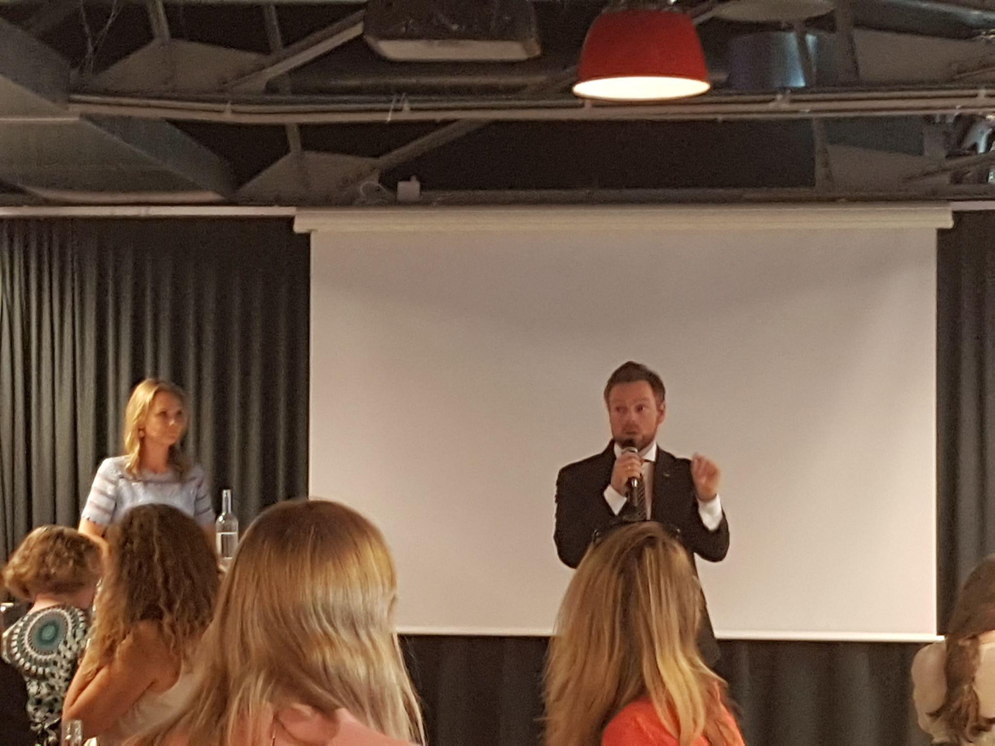 Likestillingsminister Linda Hofstad Helleland og næringsminister Torbjørn Røe Isaksen på møtet.