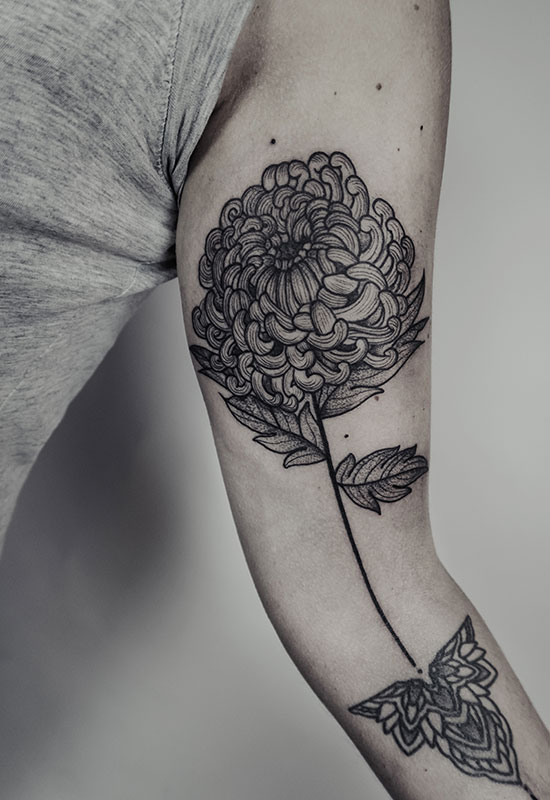 Chrysantheme Dotwork Tattoo von Eva Schatz, MINT CLUB Tattoo Atelier, Salzburg