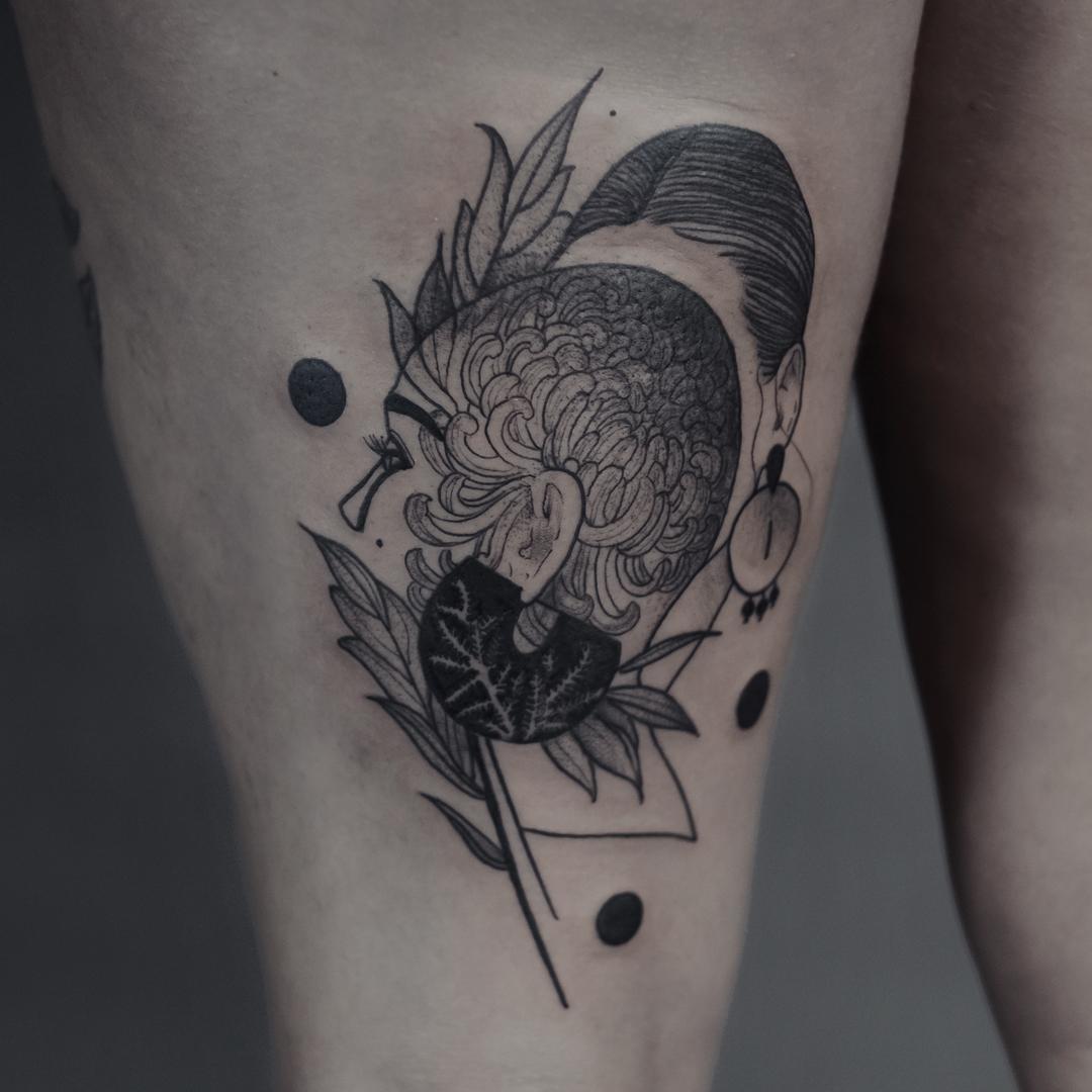 Frauenkopf Flash Tattoo Schwarz, von Eva Schatz, MINT CLUB Tattoo Atelier, Salzburg