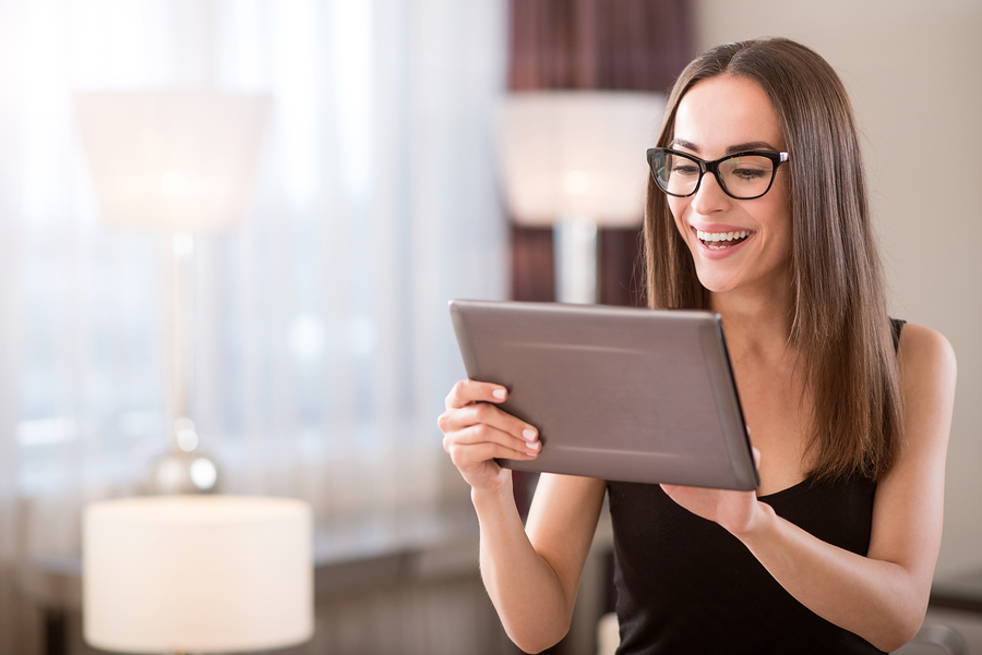 Woman+wearing+glasses+on+tablet+device+site+accessibility.jpg