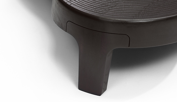 Isola - Een tafel met veel CNC-bewerkingen vanwege het speciale patroon in het blad, maar ook de poten vragen complexe bewerkingen.