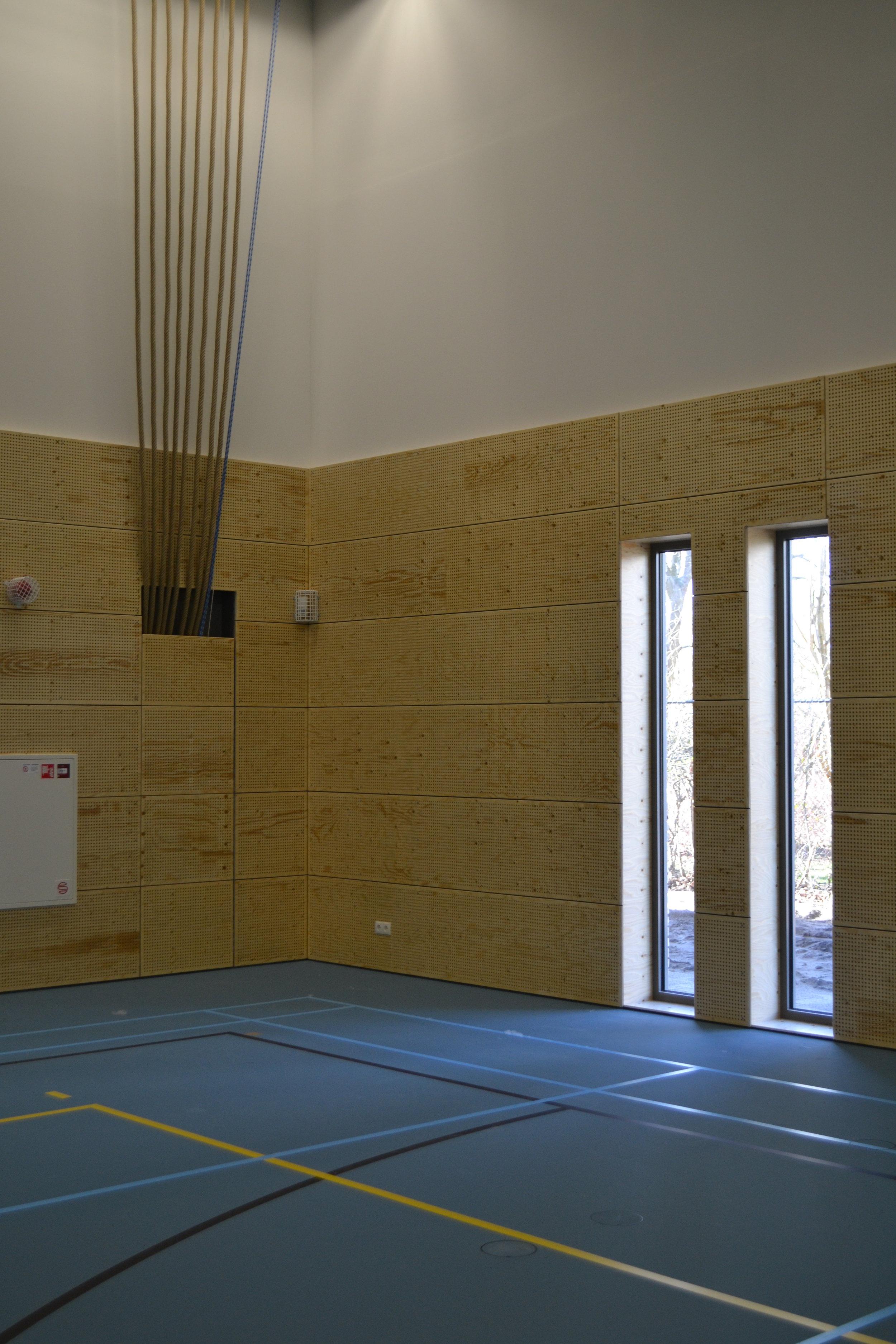 Akoestische panelen - Wij perforeren panelen voor akoestische toepassingen in gym- en sportzalen, zwembaden, kantoren, openbare gebouwen, enz.De panelen worden in wanden en plafonds geplaatst. De panelen worden gemonteerd op een regelwerk met akoestische wol.Indien gewenst leveren wij de panelen afgelakt en aan de achterzijde voorzien van een vlamvertragend firetdoek.Speciale perforatiepatronen behoren tot de mogelijkheden.