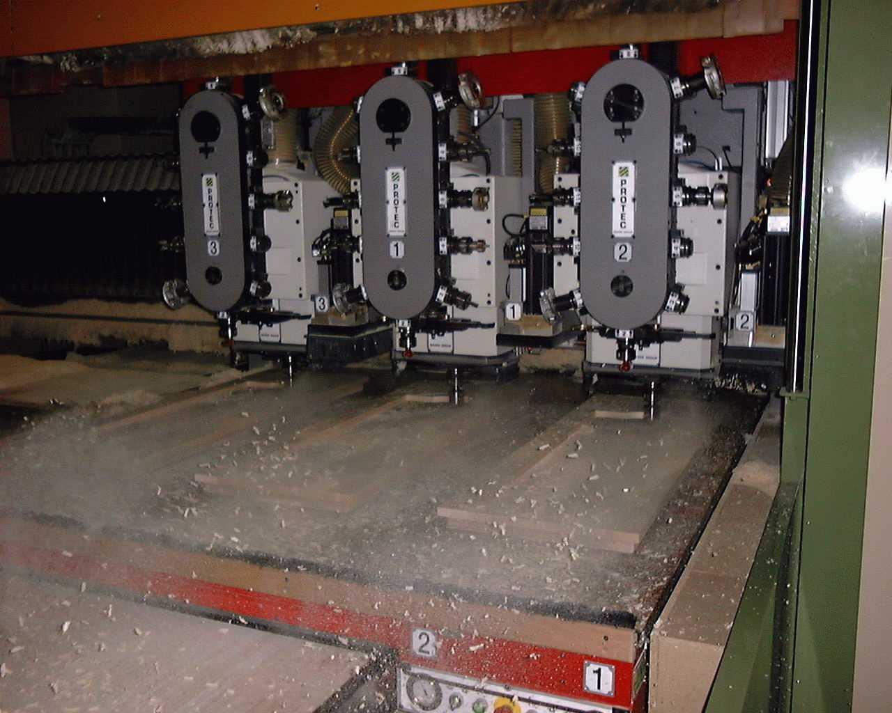 Meer-motorig - De panelen worden eerst op maat gezaagd en daarna op de freesmachine in 3-voud gefreesd. Op deze wijze wordt de freestijd als het ware slechts 1/3 van de tijd. Hiermee worden grote series zeer efficiënt geproduceerd.Door 2 werktafels wordt de wisseltijd van de werkstukken tot een minimum beperkt. Het koppelen van de 2 tafels maakt de CNC-machine geschikt voor werkstukken tot 6,3 x 3,2 meter.
