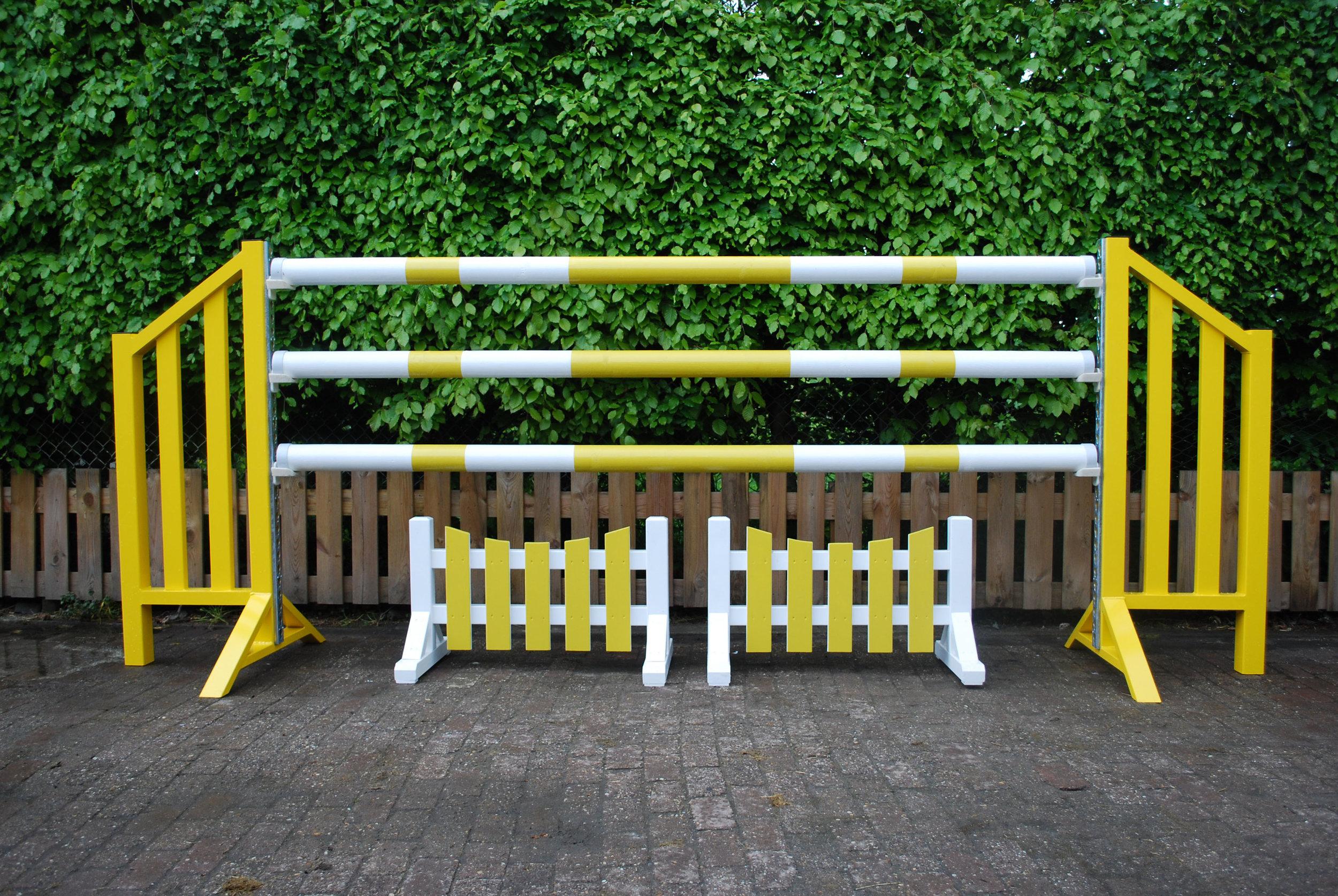 Spring hindernissen - Voor de paardensport maken we in grote aantallen de hekwerken voor de springhindernissen. De onderdelen worden nog geschuurd zodat ze direct gespoten kunnen worden.