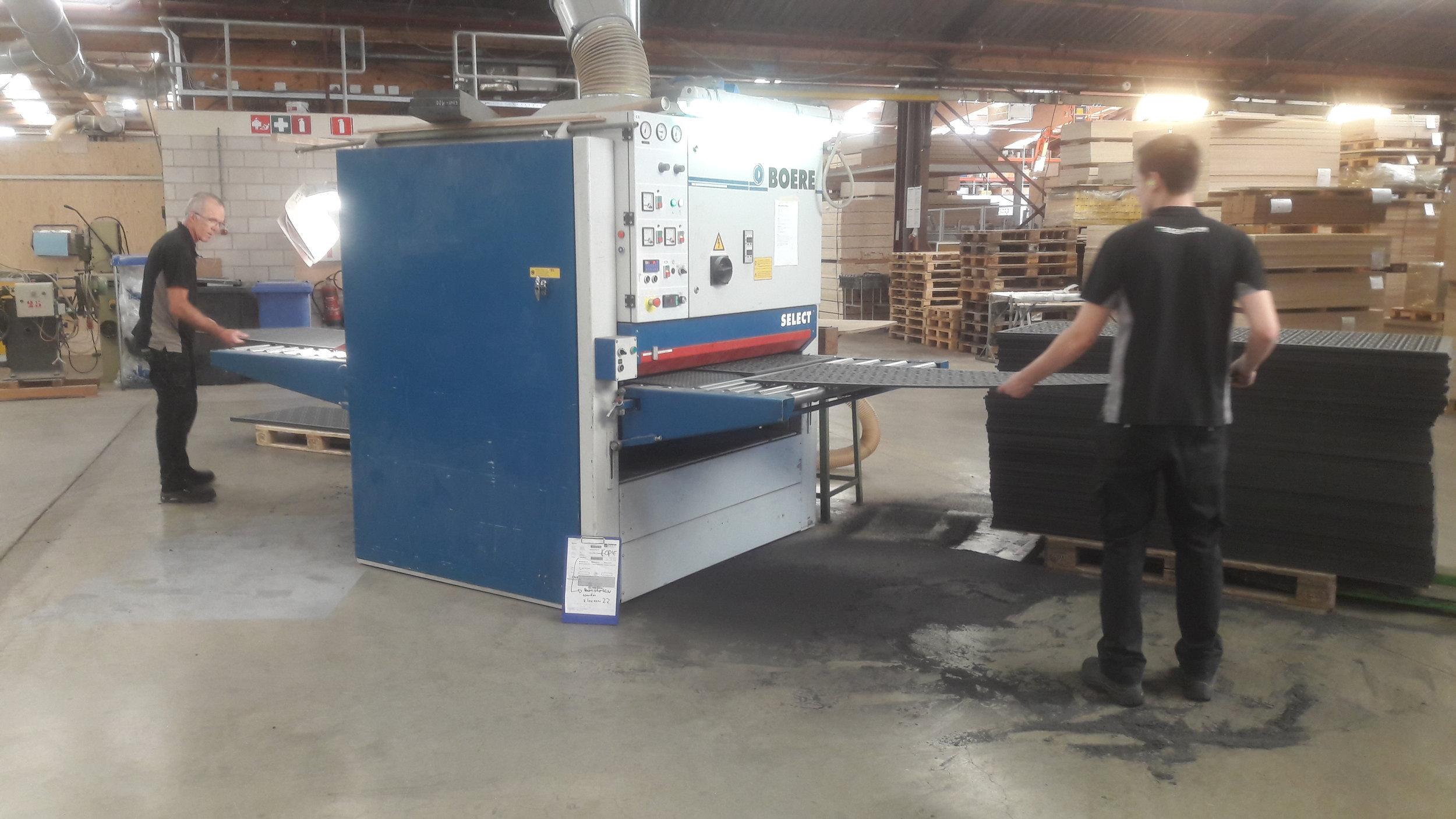 Schuren - Nabewerking zoals schuren kan machinaal tot een breedte van 125 cm. Een borstelmachine staat ook ter beschikking voor oppervlakte afwerking van niet-vlakke producten.