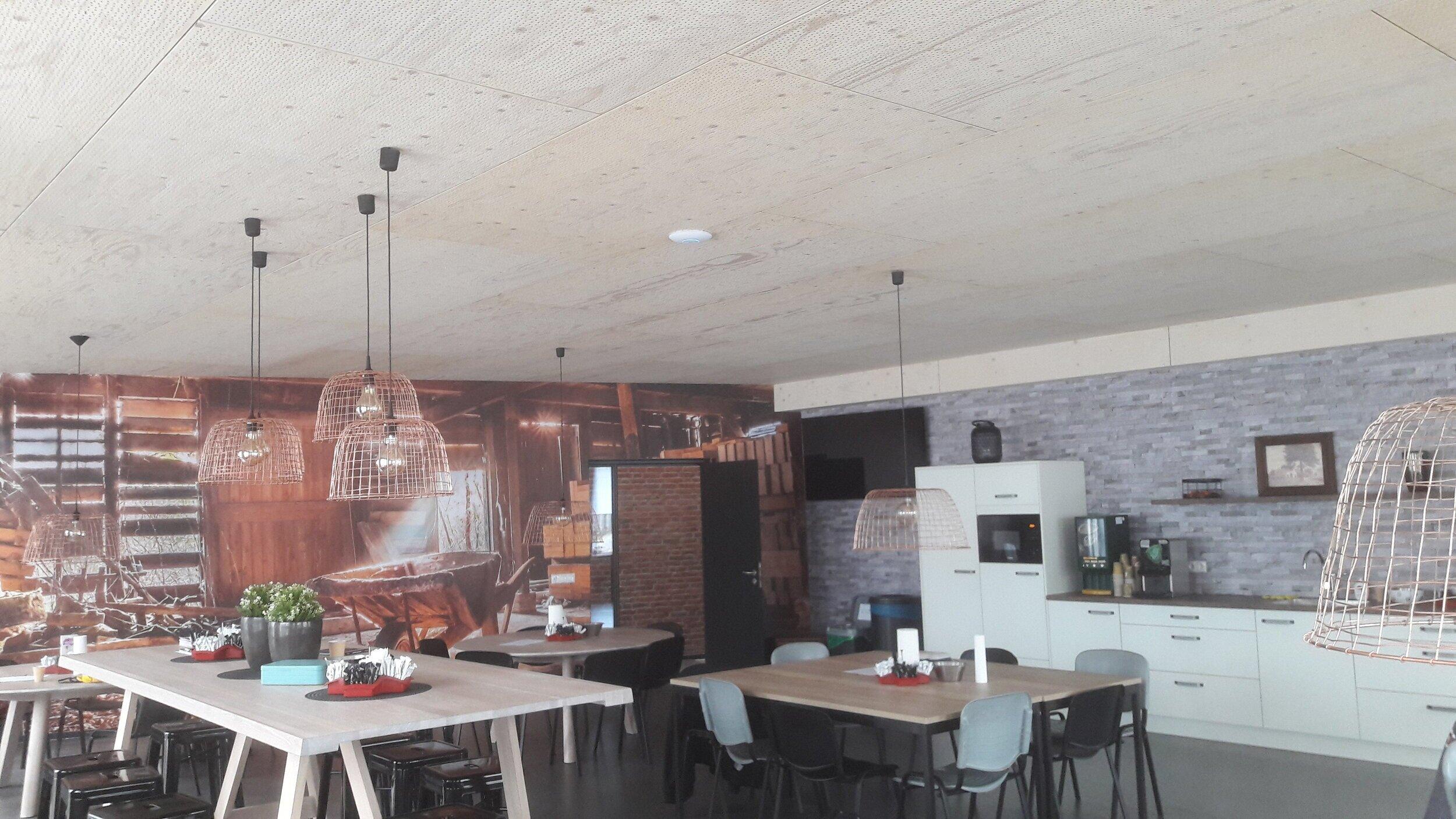 Bedrijfskantine met random geperforeerd plafond