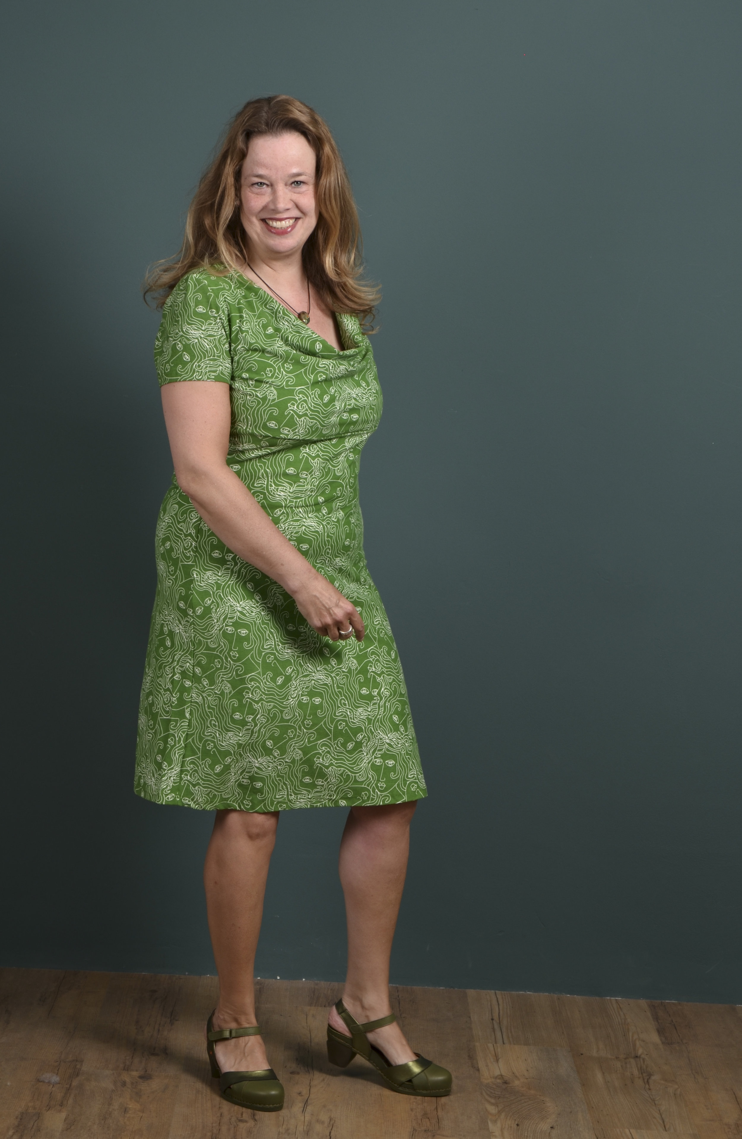 Wij vinden het leuk om klanten op de foto te zetten met verschillende figuur types. Susanne is wat voller en voelt zich ook heerlijk in jurken. We zoeken samen naar het juiste model en een kleur die goed staat en daar staat weer een blije dame op de foto. De schoenen zijn van ART.