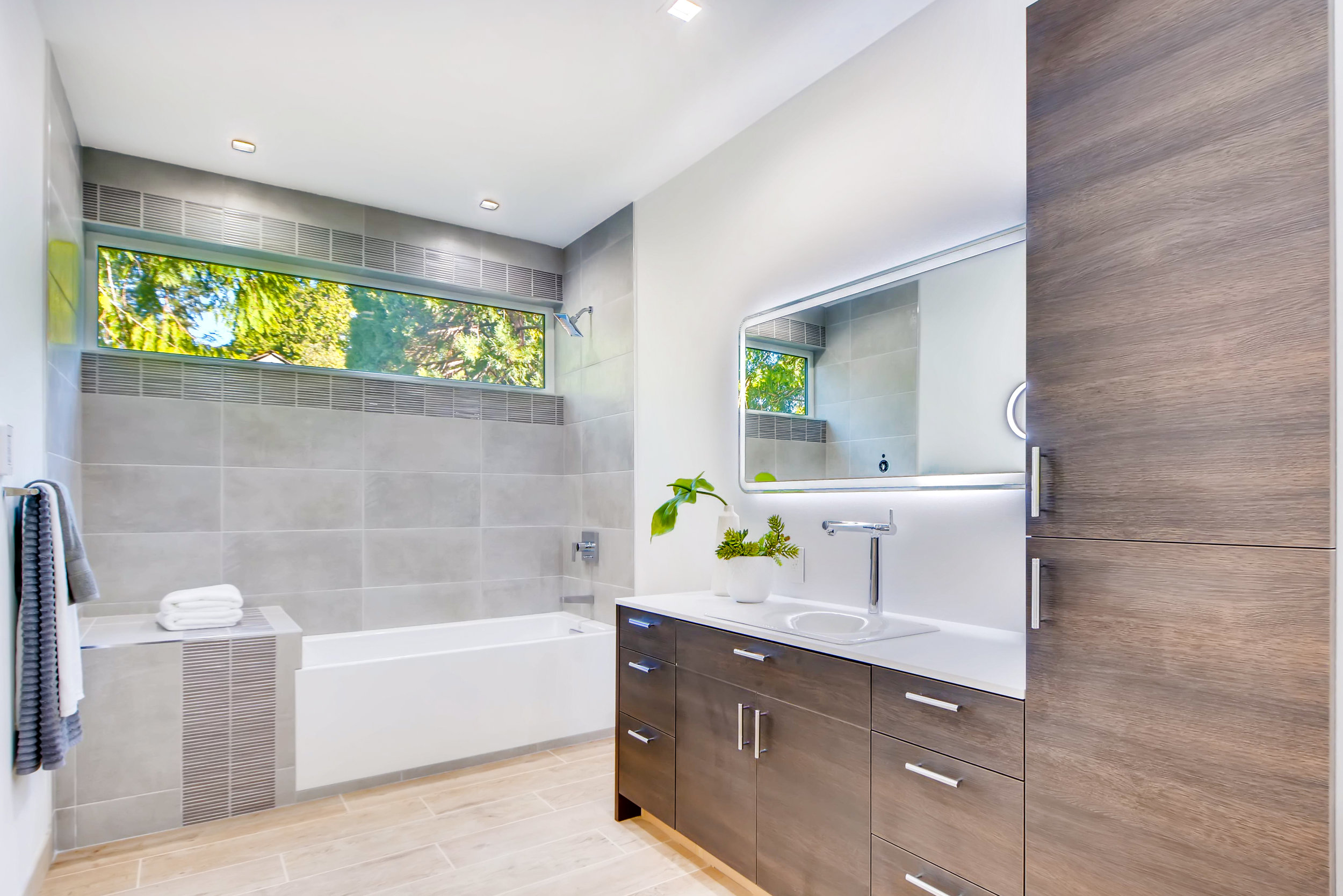 12410 Holmes Point Drive NE-print-028-19-2nd Floor Bathroom-4200x2802-300dpi.jpg