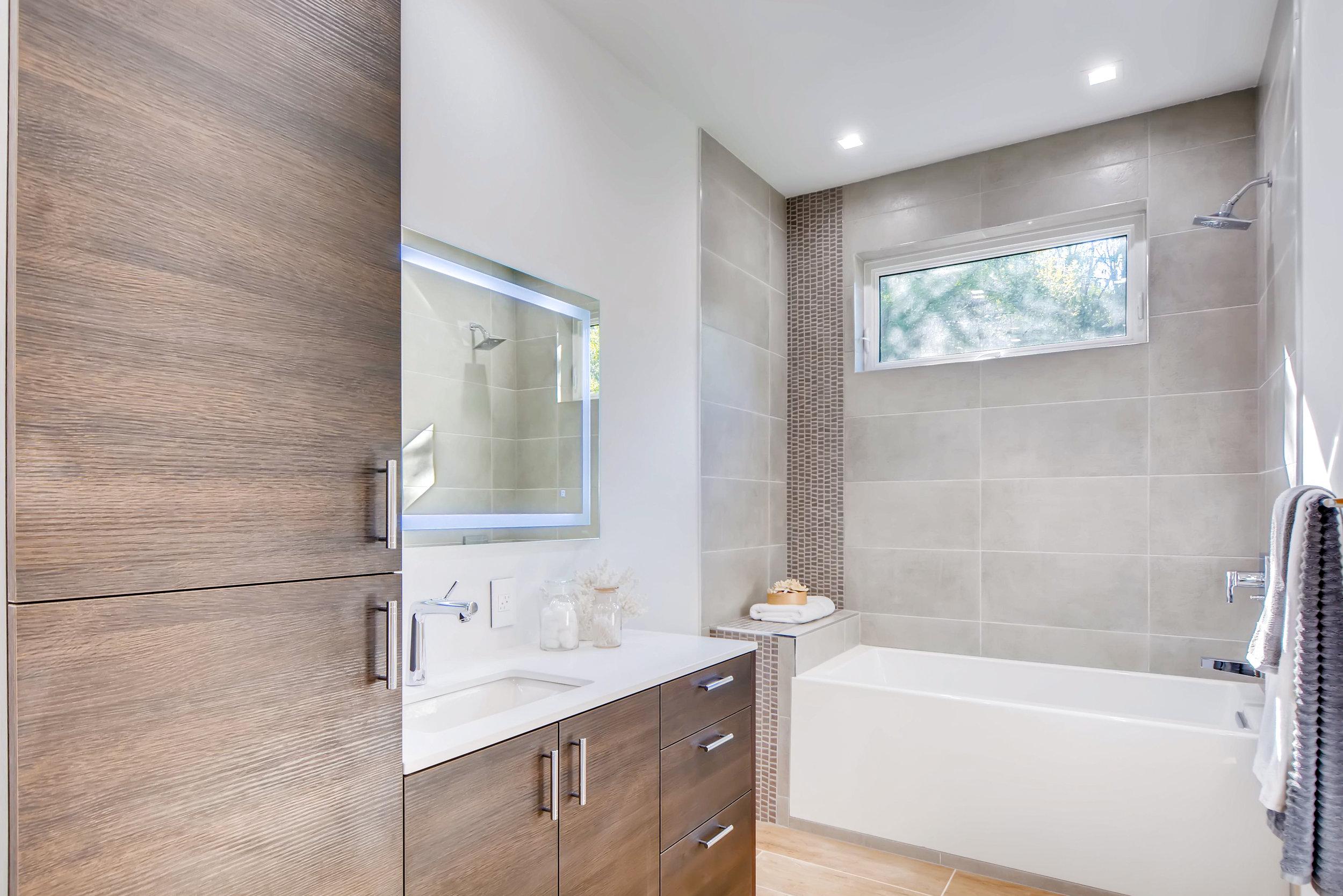 12410 Holmes Point Drive NE-print-026-16-2nd Floor Bathroom-4200x2803-300dpi.jpg