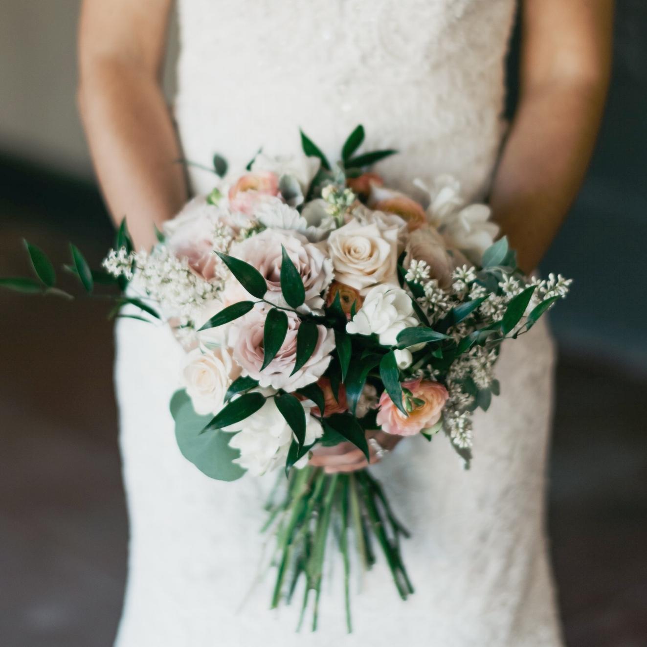 Brides by Olivia Blooming Designs - Obtén 3 boutonnieres en la compra de tu ramo de novia