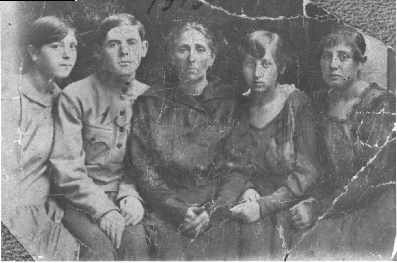 From left to right: Minnie (Masia) Feinstein (nee Schmais, Louis (Layzer) Schmais, Becky (Nakhoma) Schmais (nee Feinstein), Ray (Rifke) Feldman (nee Schmais), Esther (Ester) Blatt (nee Schmais).