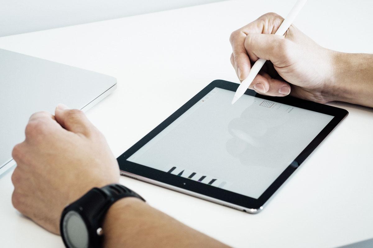 グラフィックデザイナーによる洗練されたデザイン - ホームページのデザインは、見る人への訴求力大きく左右する重要な要素。ホームページの力を最大限に引き出すには、美しいグラフィックデザインが欠かせません。本パッケージでは、ブランディングやロゴデザインを手掛けるグラフィックデザイナーが、最先端のデザイントレンドをおさえたホームページデザインをご提案。他社とは一線を画す洗練されたデザインで、お客さまの製品やサービスをより魅力的に演出します。