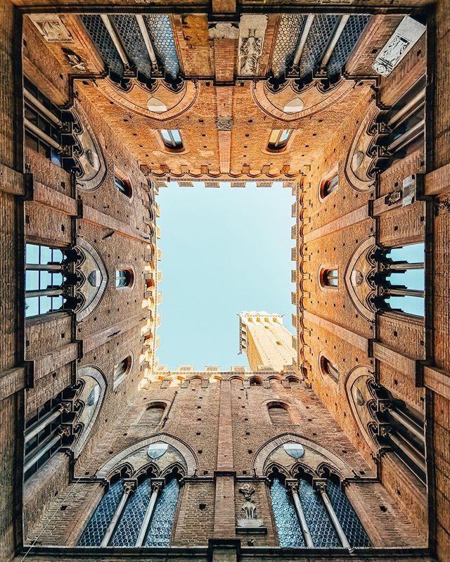Looking up 👀 Des fois, il suffit de lever les yeux pour se rendre compte de la beauté d'un lieu ! Cette photo en est le parfait exemple : elle a été prise avec le mode ultra grand angle de mon #HuaweiP30Pro dans la cour intérieure du Palazzio Pubblico de Sienne, un bâtiment somptueux au style gothique ! Au centre, on retrouve l'emblématique Torre del Mangia avec un effet de profondeur obtenu grâce au capteur grand angle intégré ! Plutôt pas mal comme rendu, non ?  @HuaweiMobileFr #HuaweiShot #Sienne #ad
