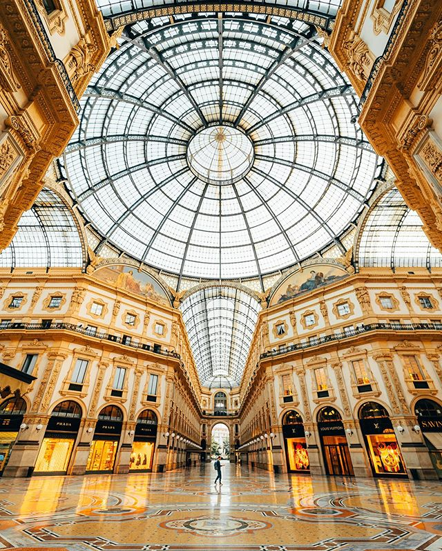 Milanese interior galore ✨ 1, 2 or 3 ? Early morning in the wonderful Galleria Vittorio Emanuele II in Milan which is definitely the best moment to enjoy it ! Absolutely in love with this architecture and all these details 😍 #milano #italy