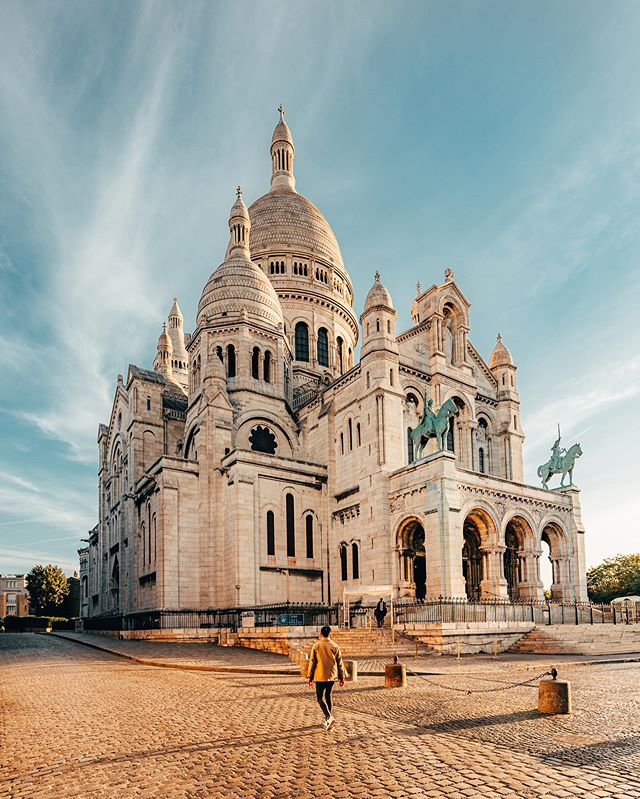 Lit morning in empty Montmartre 💛 Always a good idea to stroll around the Sacre Coeur at sunrise as the streets and places are totally empty ! We went there last Friday with @__ojha & @thecitygraph and we had plenty of time to shoot with a nice light and without being disturbed by tourists 🙈 #montmartre #sunriselover