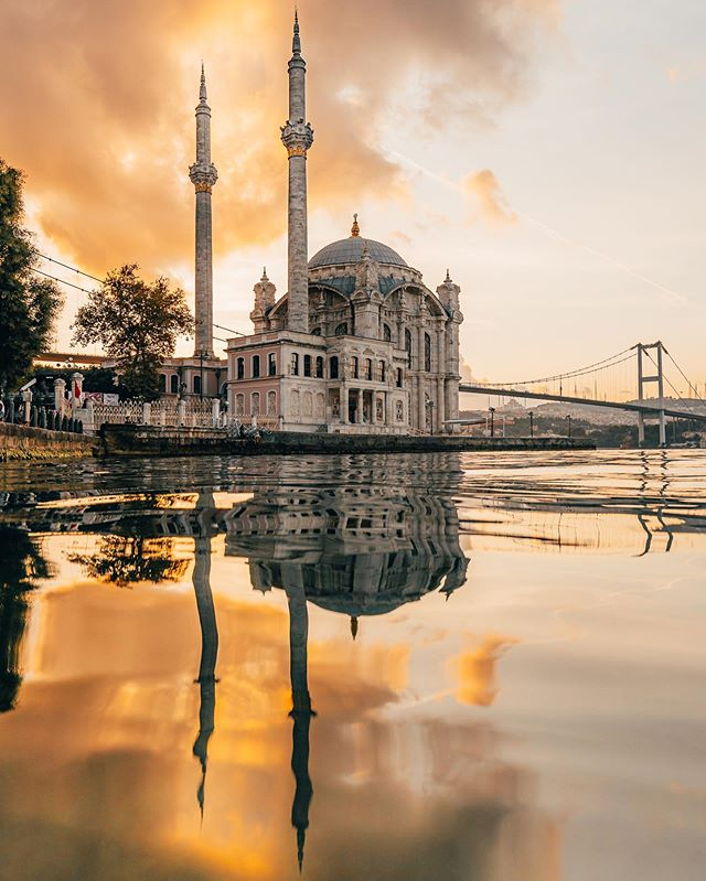 OH ISTANBUL 🇹🇷 1, 2 or 3 ? Coming back from a wonderful week discovering the city of Istanbul ! It was great to visit its historical places and stunning mosques, like the Ortaköy mosque in frame here 🕌 Ever since I saw this place on IG, I wanted to go there and shoot the sunrise ! Needless to say it was a great decision as this place is so beautiful especially with its view on the Bosphorus and its bridge ! Check out my Stories for a recap of my week in Istanbul 🤙 #istanbul #turkey