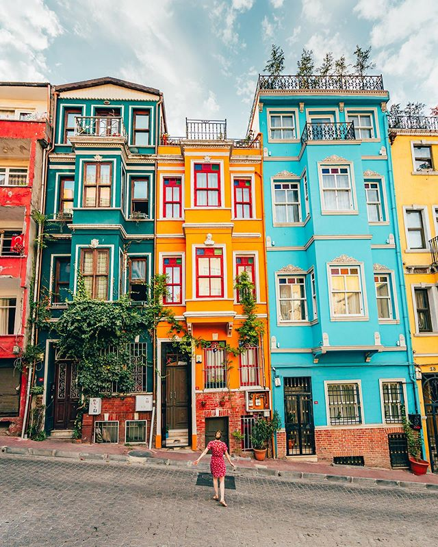 COLORS OF BALAT 🌈 We went to visit the famous colorful houses of Balat but it turned out there are much more to see in this old district. From the pastel-painted facades to the beautiful wooden cafes, Balat is still authentic and clearly a hidden gem ! The best is to wander in the sloping streets, meet with the locals and discover newly renovated houses and shops. #balat #istanbul #turkey