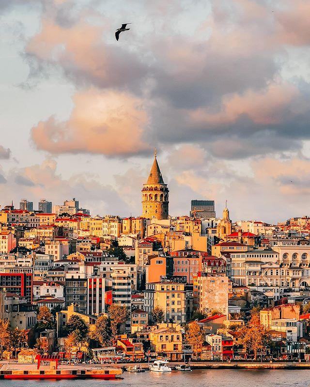 SUNSET OVER ISTANBUL 💛 Connue comme étant la ville au sept collines, Istanbul possède de magnifiques points de vue sur les différentes rives ! Au coucher de soleil, le quartier de la Tour de Galata baigne sous la lumière dorée et offre un panorama à couper le souffle ! Cette photo a été prise avec le zoom optique x5 de mon #HuaweiP30Pro qui reste performant même dans des conditions où la lumière commence à décliner.  @HuaweiMobileFr #HuaweiShot #Istanbul #ad
