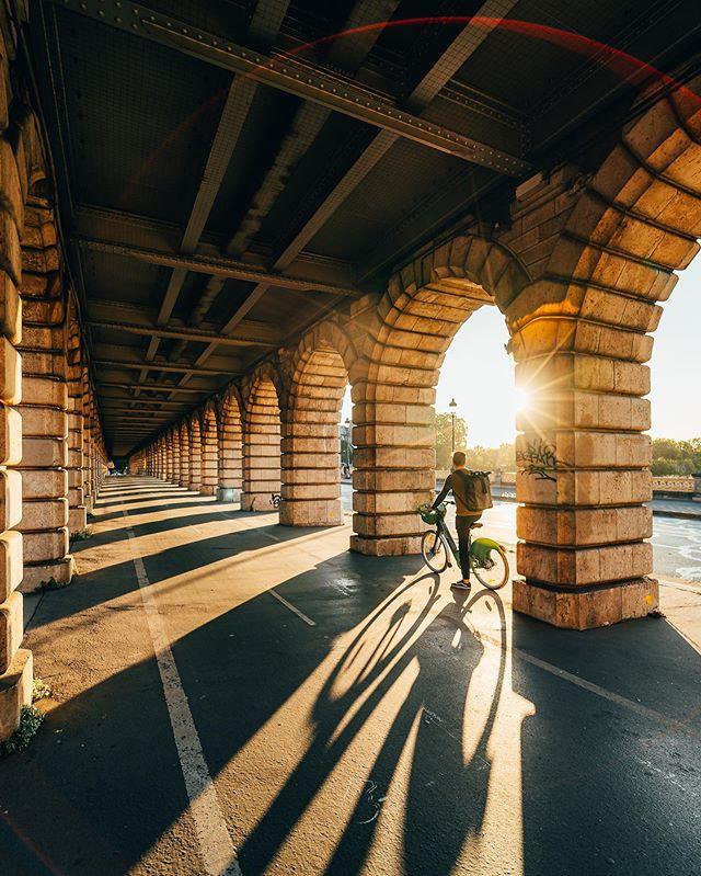Sunrise challenge à Vélib' 🚲 (1/2) Voici les premières photos du défi que m'a lancé @Velibmetropole : faire le maximum de spots photos à Paris lors d'un lever de soleil (1h30 chrono 😅) en utilisant le Vélib autant que possible. Je vous raconte ce défi dans mes Stories tout au long du weekend ! • J'ai débuté le lever de soleil depuis la passerelle Simone de Beauvoir et le Pont de Bercy comme sur ces photos, où la lumière matinale traverse les arches et offre un sublime jeu de lumière et d'ombre ! De quoi vraiment se faire plaisir, surtout qu'à ce moment-là, les lieux sont encore vides ! Dites moi quelle est votre photo préférée ? 1, 2 ou 3 ? • Un grand merci à @__ojha pour son aide précieuse pour les prises de vue ! #LaVilleEstANous #Velib #Paris #Collaboration