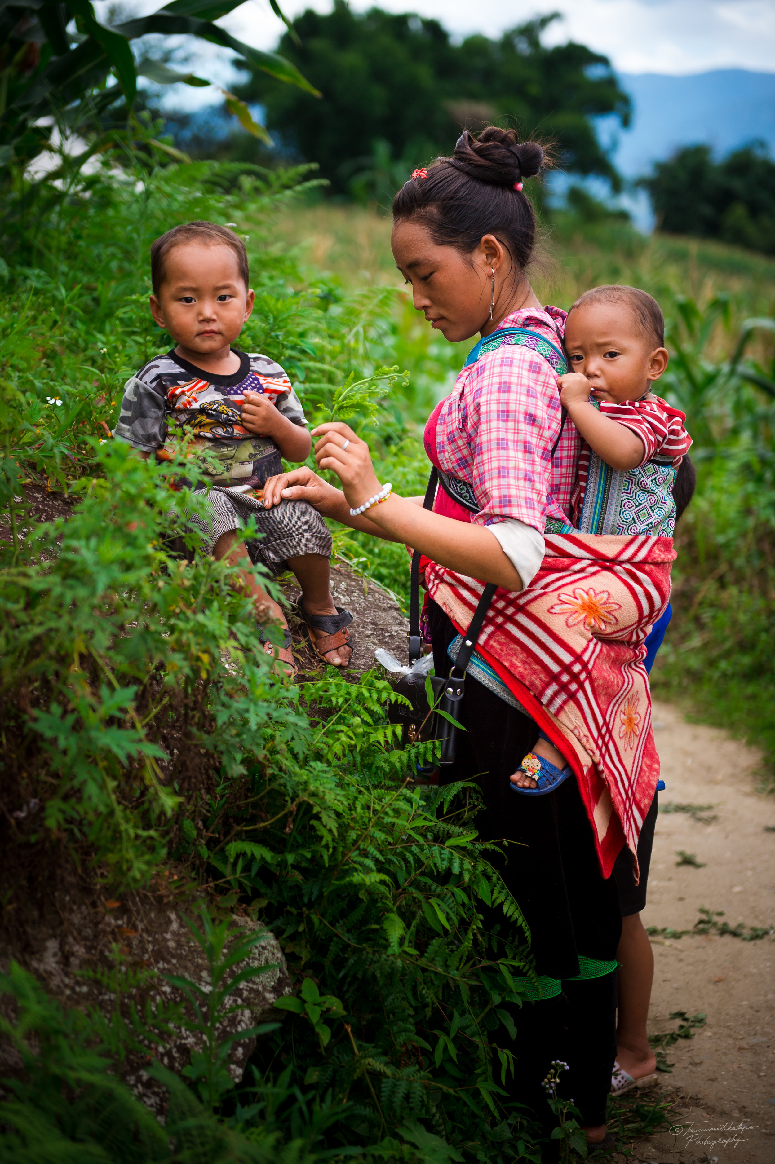"""We met this young H´mong woman with her children. We met briefly along the trek. """"Maybe 20"""", she replied when our guide asked her about her age."""