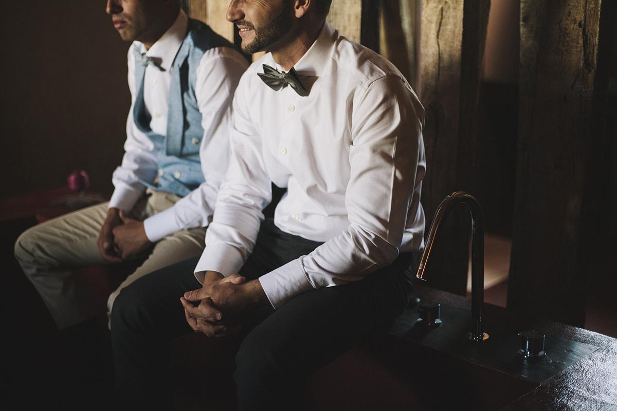 Noivo e padrinho antes do casamento