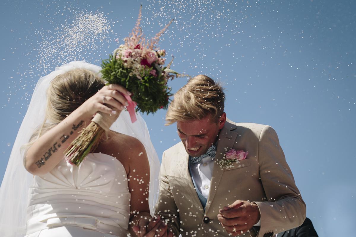 Fotografia de noivos e arroz