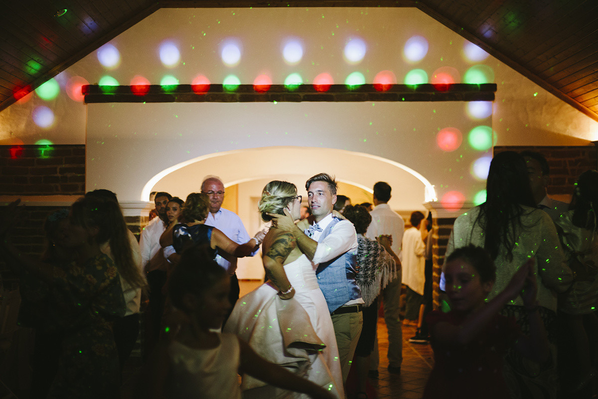 Dance photos of bride and groom in colorful lights during a wedding in Alentejo. Lisbon Wedding Photographers. Oceânica Photography
