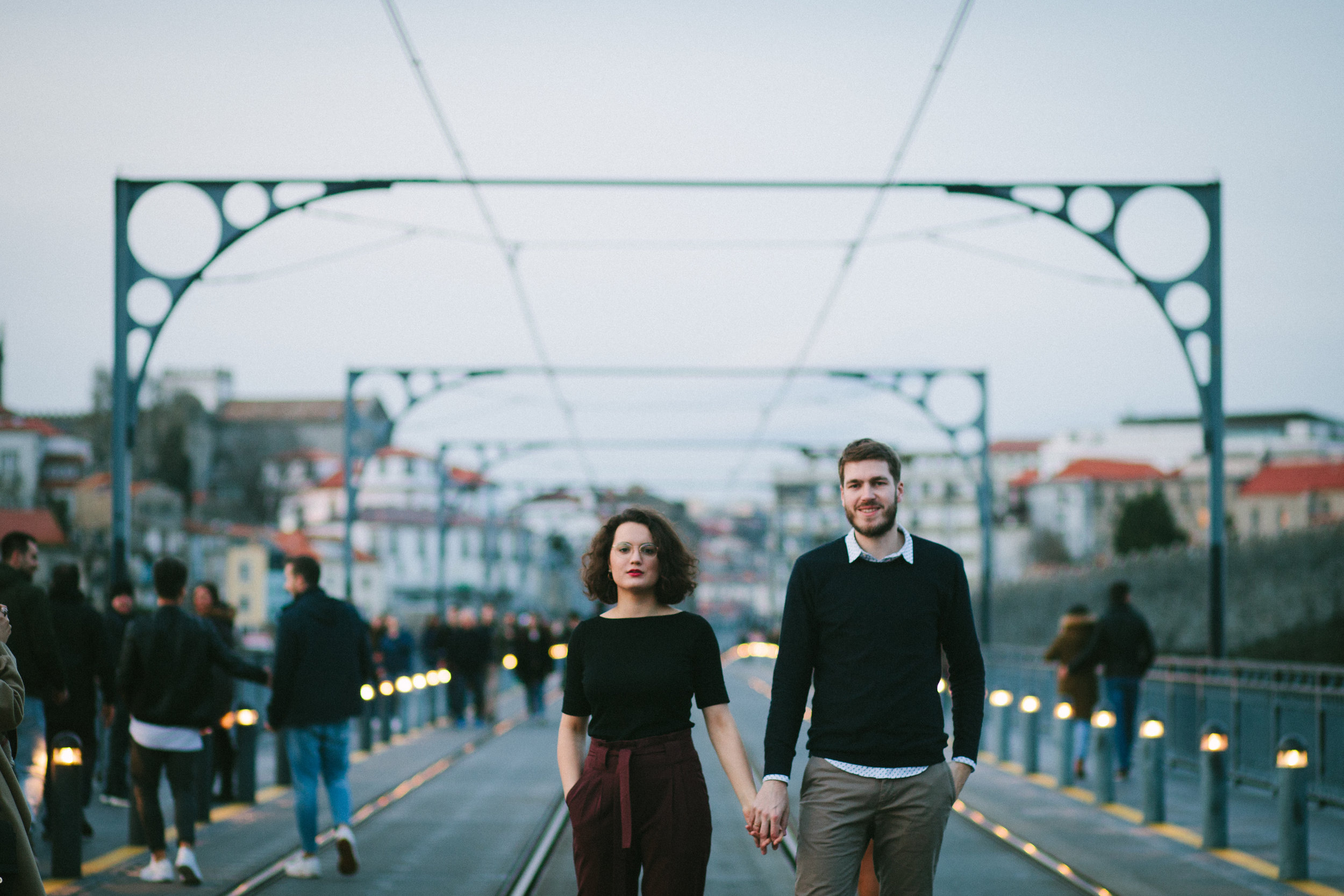 Couple session atop the D. Luis Bridge in Porto, Portugal, by Oceânica Photography