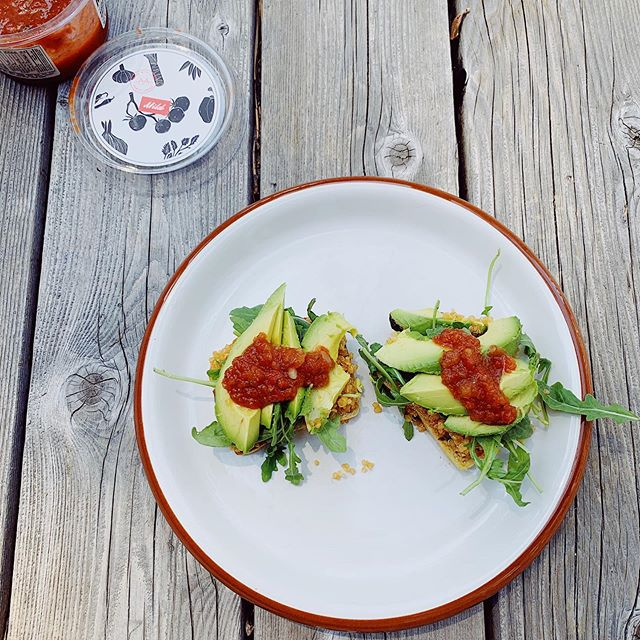 This loaded avocado toast is the breakfasts of champs right here 😜