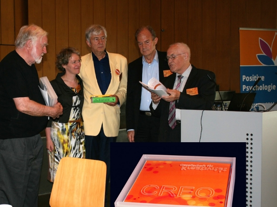 """In 2015, Prof. Csikszentmihalyi was awarded the """"CREO"""" Award of the German Society for Creativity and, as a Berlin member, I was honored to hold the laudation for him in the Auditorium Maximum of Freie Universität. (from left: Prof. Csikszentmihalyi Ph.D., Mrs. Sasse-Olsen (†), Prof. Dr. Mehlhorn, Dr. Huhn, Prof. Dr. Geschka)."""