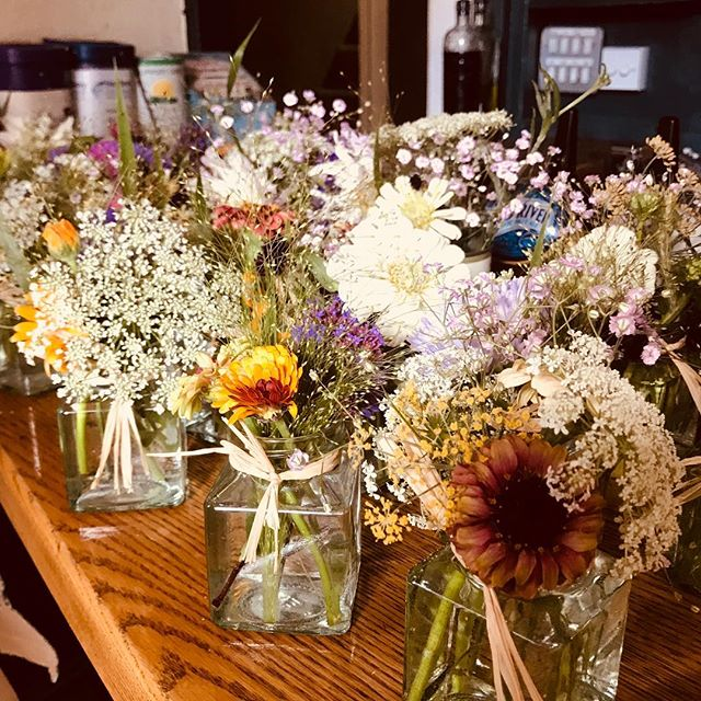 Quick delivery before camping to the lovely @lewesarms , beautiful table jars of #locallygrownflowers be sure to pop in to check them out & enjoy a cheeky tipple 🌺🍺 #grownnotflown #sellingflowers #cutflowers #britishflowers #flowercontract #lewesflorist #growninlewes #sustainablefloristry #lewespub #lewesarms #sussexlife #lewes #beer #flowersandbeer #quiant