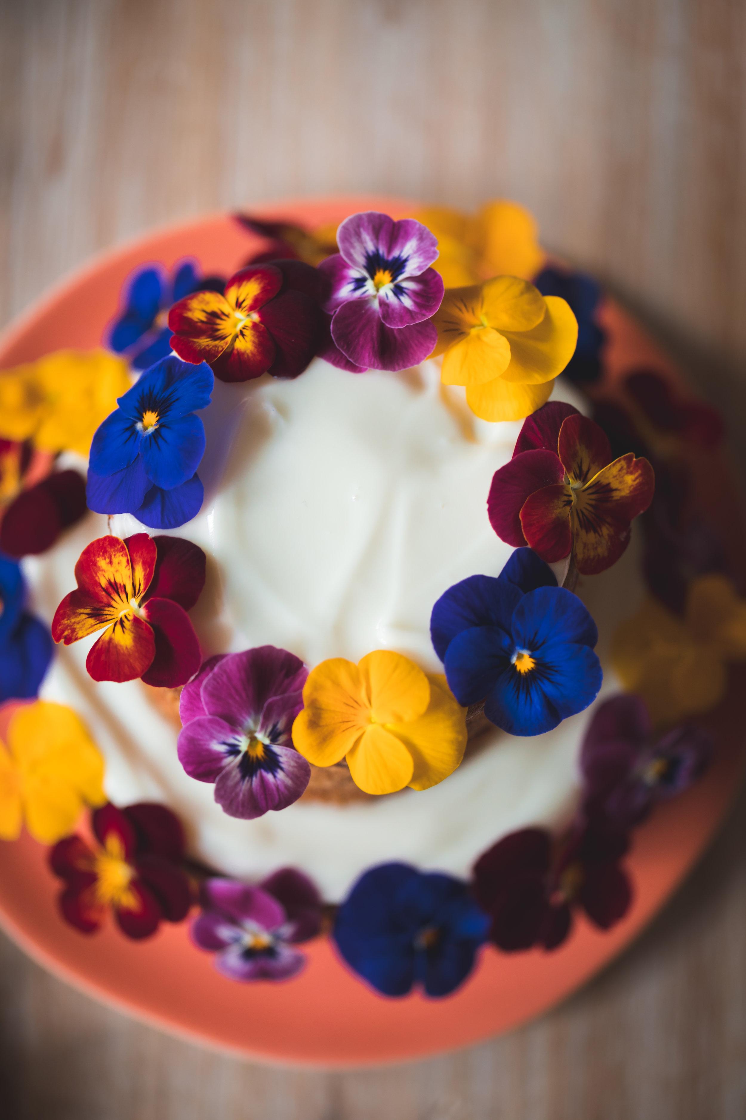 Fleurs comestibles décorant un carrot cake
