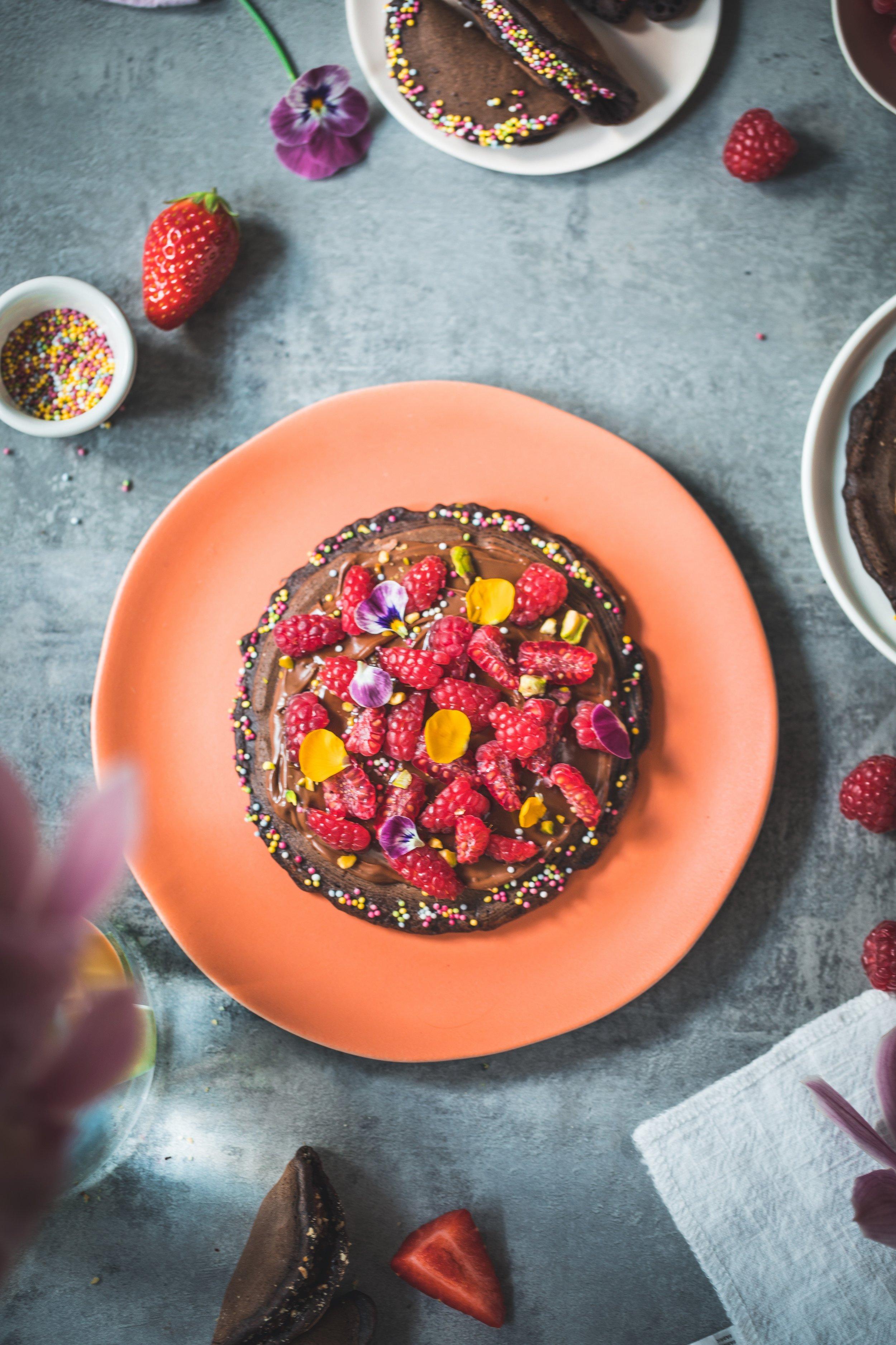 Atayef au chocolat garni de Nutella, framboises et pistaches concassées