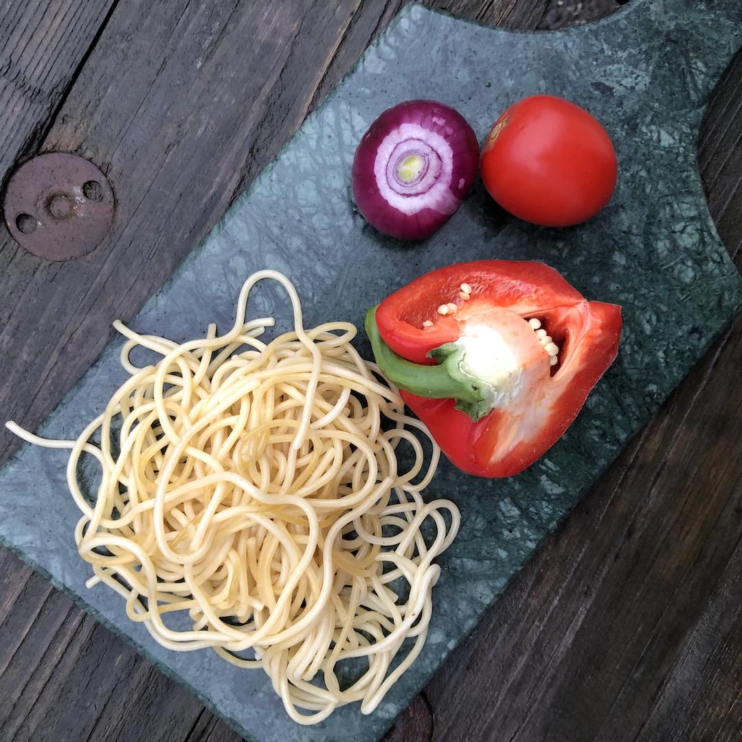 Cebola - Tomate - Espaguete - Pimenta vermelha
