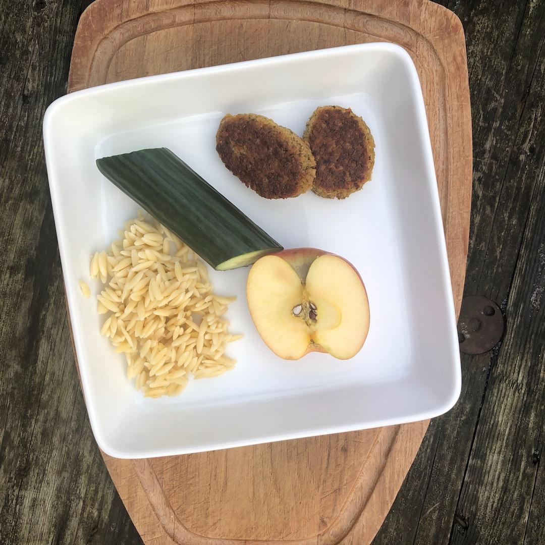 Bifes de grão-de-bico (falafel) - Pepino - Maçã - Massa (Grega)