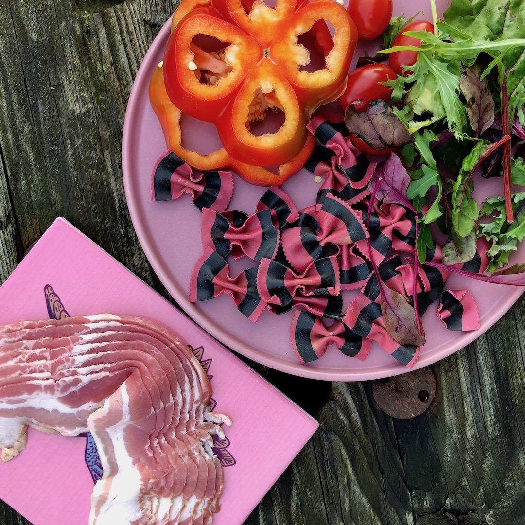 Bacon - Massa - Salada De Folhas - Tomate - Pimenta Vermelha