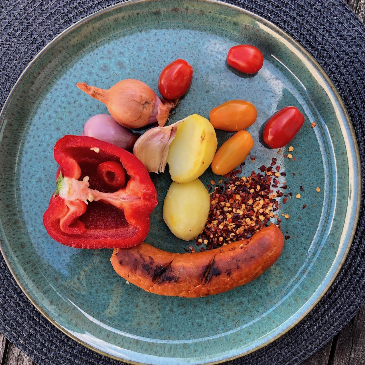 Salsicha - Alho - Tomate - Cebola - Batata - Pimenta vermelha - Pimenta picante