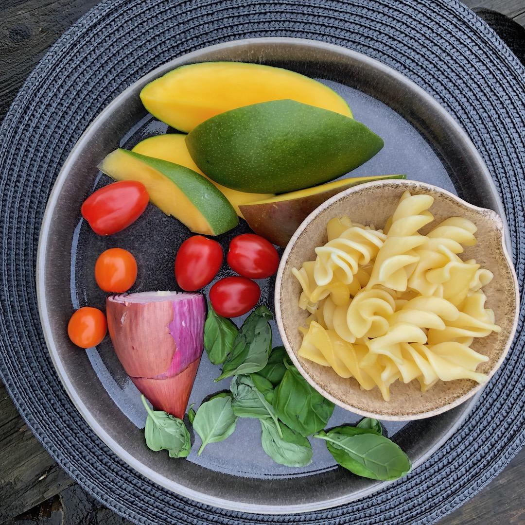 Mango - Manjericão - Macarrão - Cebola - Tomate