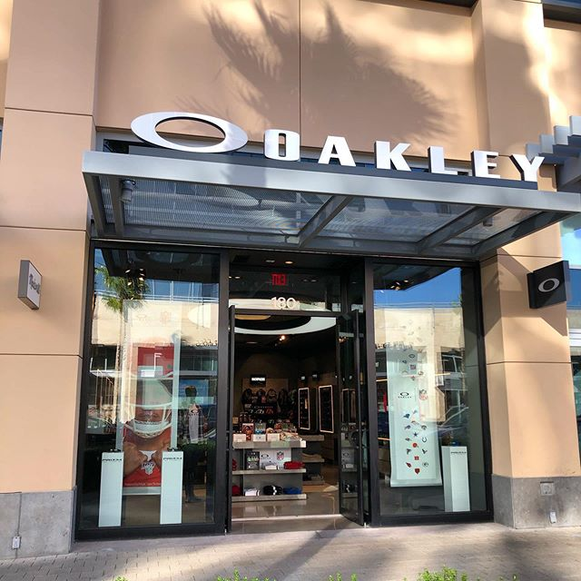 Swing into Oakley for their Royal Special! (Oct 24 Special) VISIT OAKLEY WITH YOUR ROYAL WRISTBAND FOR $20 OFF AN APPAREL OR ACCESSORIES PURCHASE OF $50 OR MORE OFF YOUR PURCHASE! #oakley #downtownsummerlin #circolv #royalspecial