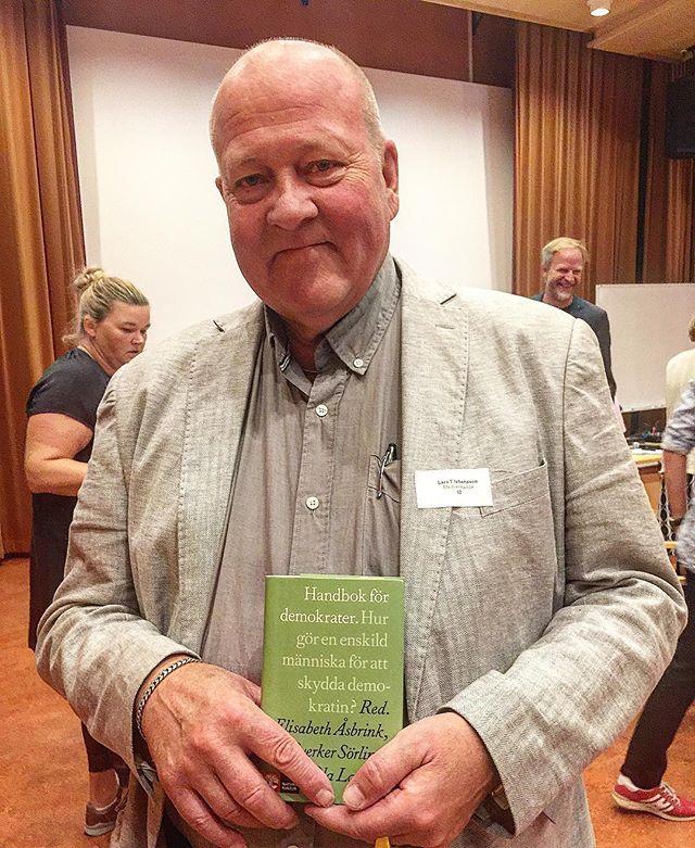 Skådespelaren Lasse T. Johansson läser ur Handbok för demokrater #demokratidag #härnösand #vimåsteprata #folkbildning