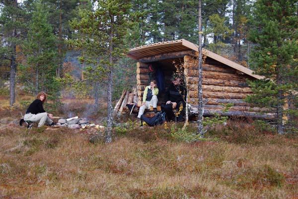 Gapahuken ved Grøna har blitt et fint sted for en kort ettermiddagstur. Her har vi tatt med noen venner for å kose oss med litt bålkaffe og vaffelsteking en varm ettermiddag siste helgen i reinsdyrjakta.  På bildet fra venstre: Anne Fjelldal, Torill Glæser og Leif-Erik Sander (  Fotograf: Heikki Fjelldal)