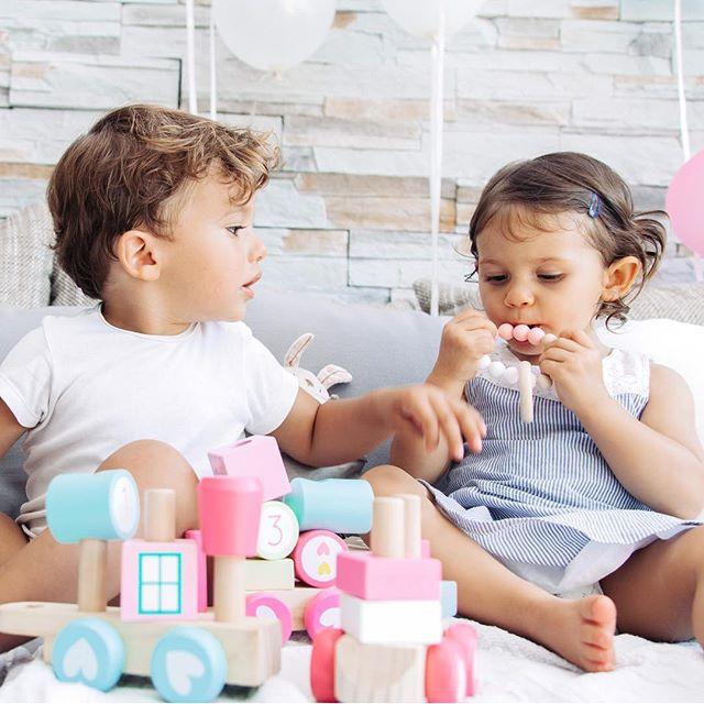 Lieblingsmomente! Es gibt nichts schöneres als wenn die Kleinen miteinander spielen und dabei ganz vertieft sind.  Was sind Eure Lieblingsmomente?  P.S. Mehr von uns findest du auf  https://www.sili-babyconcept.de/ und auch auf Etsy http://SiliBabyConcept.etsy.com/  #weekend #lebenmitkindern #spielen #playing #happy #silibabyconcept #praktisch #shopping #wasfürdiekleinen #baby #kinder #lieblingsmomente